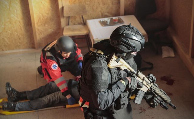 Na prizorišče drame so takoj pridrveli specialci, ki so onesposobili napadalca in zavarovali prostor. FOTO: Uroš Hočevar/Delo