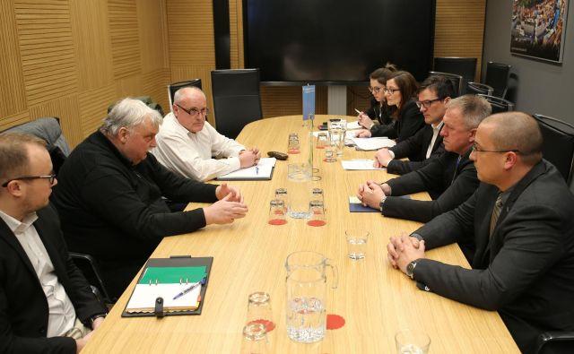 Udeleženci sestanka, na desni predstavniki Rova, na desni vlade. Foto Tomi Lombar
