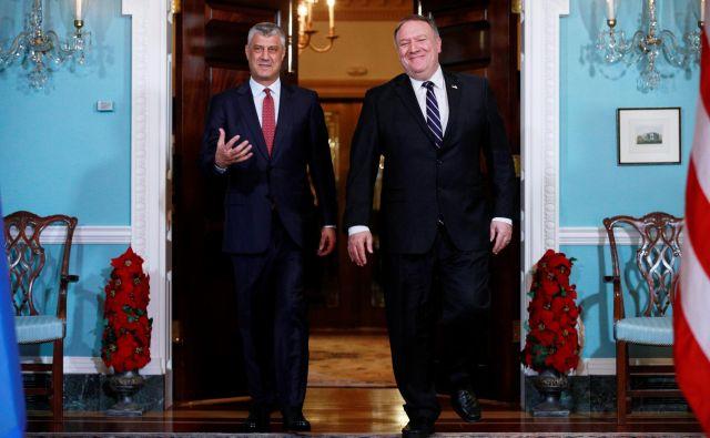 Kosovski predsednik Hashim Thaçi, ki ga je novembra lani v Washingtonu gostil ameriški državni sekretar Mike Pompeo, ne verjame, da je bila uvedba carin na uvoz srbskega blaga vredna ameriške zaušnice. FOTO: Jim Young/Reuters