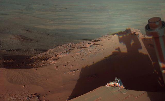 Takole je maja 2012 ujel svojo senco v poznem popoldnevu v kraterju Endeavour.<br /> FOTO: NASA/JPL-Caltech/Cornell/Arizona State Univ.