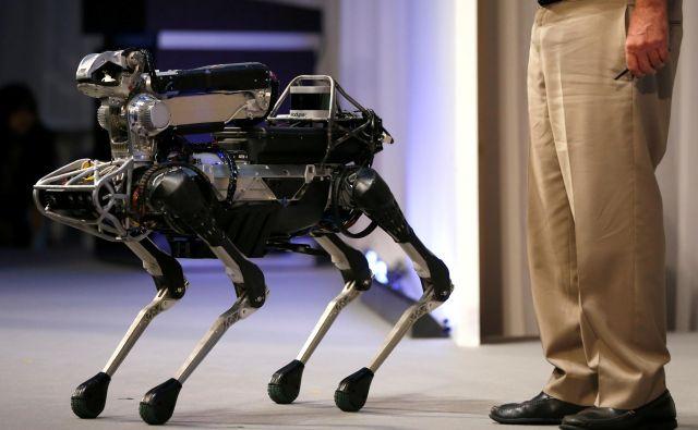 Robot SpotMini podjetjaBoston Dynamics.<br /> Foto Issei Kato Reuters
