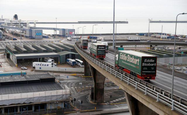Pristanišče v Dovru, kjer trajektni terminal sprejme več kot 10.000 tovornjakov na dan, nima prostora za čakajoče kolone. FOTO Reuters