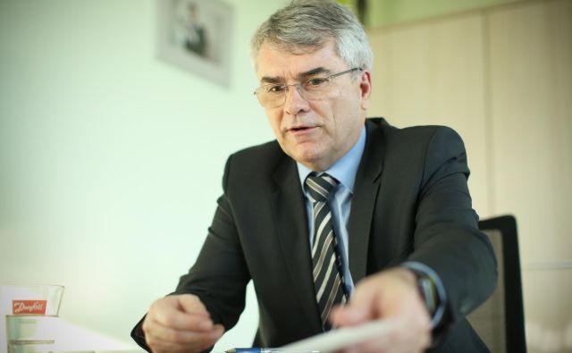 """Aleksander Zalaznik, generalni direktor podjetja Danfoss Trata in prvi mož Združenja Manager opozarja, da Sloveniji manjka celovit pogled, kako se lotiti vprašanja plač: """"Enkrat želijo višje plače šolniki, drugič zaposleni v zdravstvu, pritiski so z leve in desne, da je treba znižati obdavčitev. A vse to so parcialni ukrepi,"""" razlaga.<br /> <br /> FOTO: Jure Eržen"""