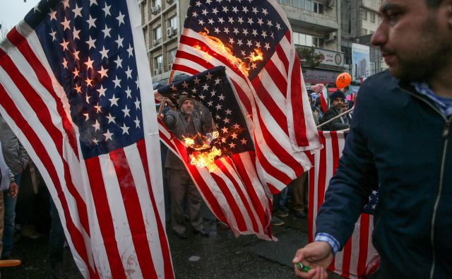 Iranci sežigajo ameriške zastave na proslavi ob 40. obletnici islamske revolucije v Teheranu.Foto Tasnim News Agency Reuters