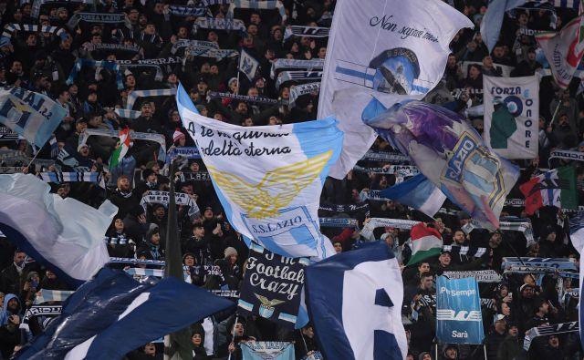 Že sinoči je zavrelo med Lazievimi in Sevillinimi navijači. FOTO: Alberto Lingria/Reuters