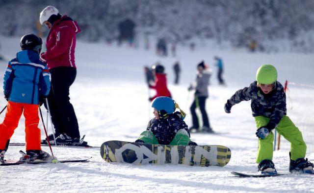 V Kranjski Gori je za rekreativne deskarje vseh generacij dobro poskrbljeno. FOTO: Roman Šipić/Delo