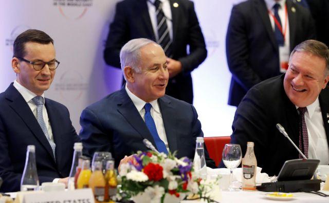 Poljski premier Mateusz Morawiecki, izraleski premier Benjamin Netanjahu in ameriški državni sekretar Mike Pompeo na mednarodni konferenci o Bližnjem vzhodu. FOTO: Kacper Pempel/Reuters