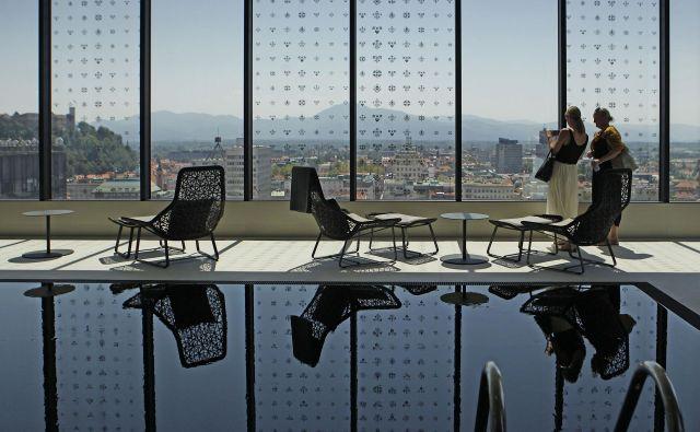 V petzvezdičnih hotelih bodo še imeli osebje, ki bo skrbelo za dobro počutje gostov. Foto Leon Vidic/Delo