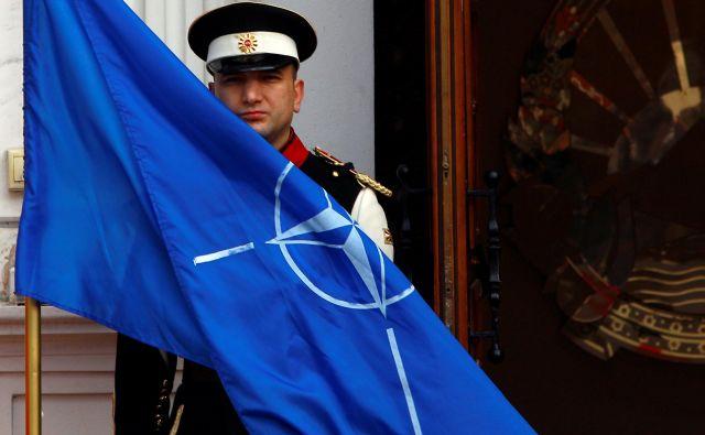 Pred vladnim poslopjem v Skopju so že v torek izobesili zastavo Nata. FOTO: Ognen Teofilovski/Reuters