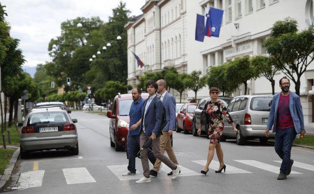 Levica, ki pet mesecev po prisegi vlade ni nič bliže podpisu protokola, je do svojih partneric zelo bojevito razpoložena.<br /> FOTO: Leon Vidic/Delo