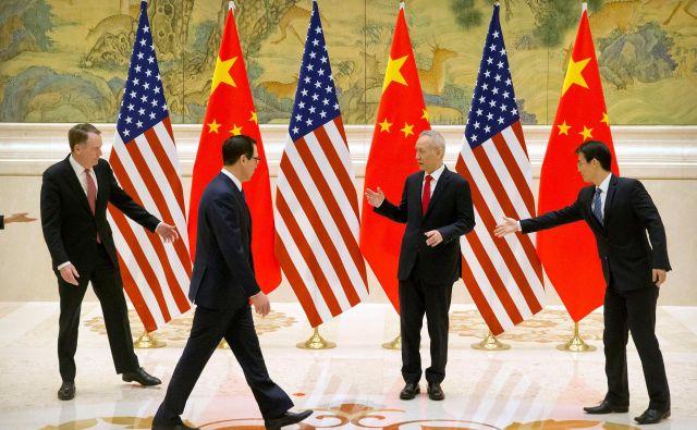 Ameriškega trgovinskega predstavnika Roberta Lighthizerja (levo) in ministra za finance Stevena Mnuchina (drugi z leve) je včeraj pričakal namestnik premiera Liu He. FOTO: Reuters