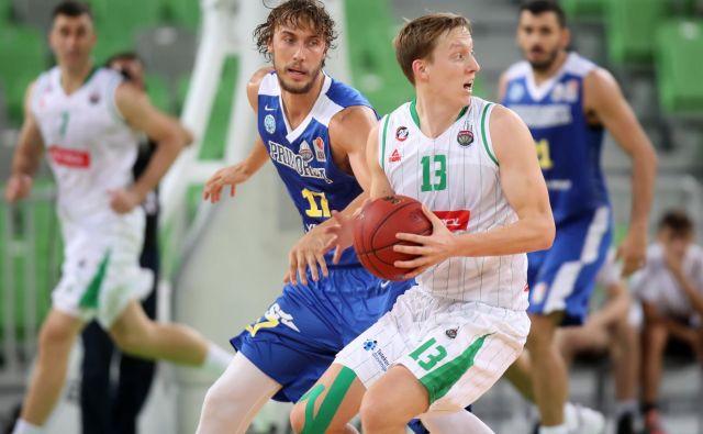 Miha Lapornik (z žogo) in Ivan Marinković (za njim) sta med ključnimi strelci Ljubljančanov in Koprčanov. FOTO: Petrol Olimpija