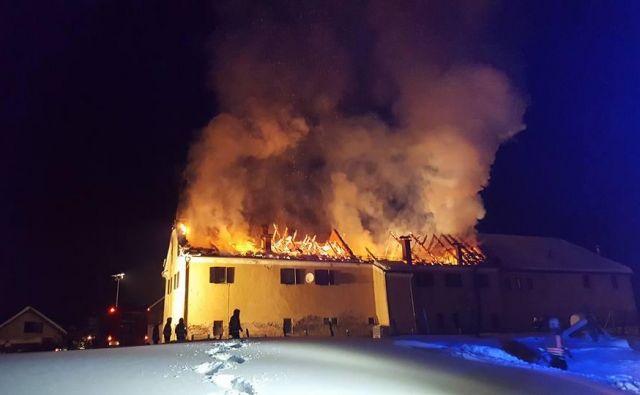V mrzli noči novemba lani je požar v Veliki Nedelji pregnal na prosto 12 ljudi.<br /> Foto: Oste Bakal