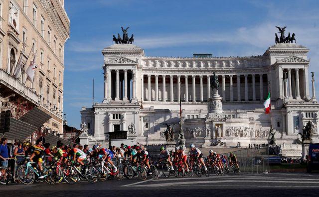 Če živiš v senci rimskega »oltarja domovini« in podobnih marmornatih spomenikov, je lahko nostalgija po nekdanji nacionalni slavi privlačno zatočišče pred zapletenimi problemi sedanjosti. FOTO: Alessandro Garofalo/Reuters