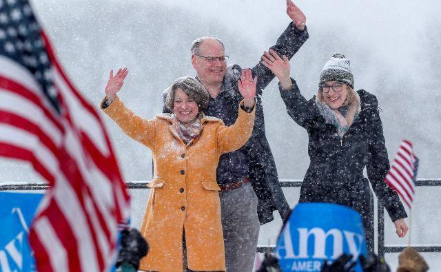 Senatorka slovenskega rodu Amy Klobuchar z možem Johnom Besslerjem in hčerjo Abigail po razglasitvi predsedniške kandidature. FOTO: Reuters
