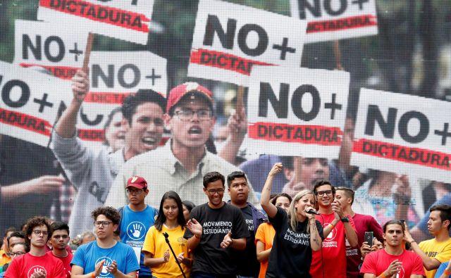 Protesti zoper predsednika Nicolása Madura v Caracasu, glavnem mestu Venezuele. FOTO: Carlos Garcia Rawlins/Reuters
