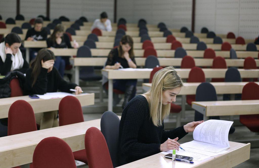 Skok na študij v tujino najbolj privlači družboslovce