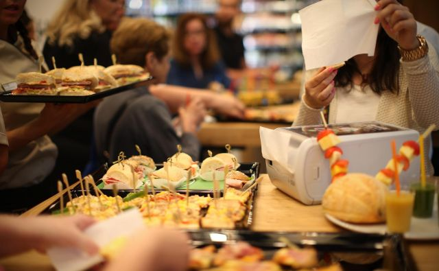 V času modnih prehranskih zapovedi (vegetarijanstvo, veganstvo, brez glutena...) so še vedno med najbolj priljubljenimi in prodajanimi tisti sendviči, v katerih so pršut, šunka, tuna, suha salama in perutnina. FOTO: Jure Eržen