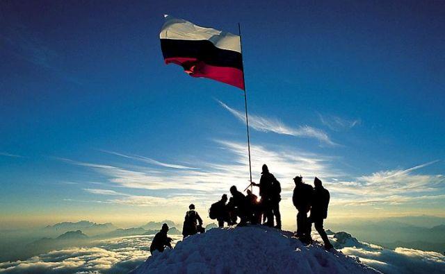 Slovenska trobojnica na vrhu Triglava v čast osamosvojitve Slovenije. Foto Joco Žnidaršič