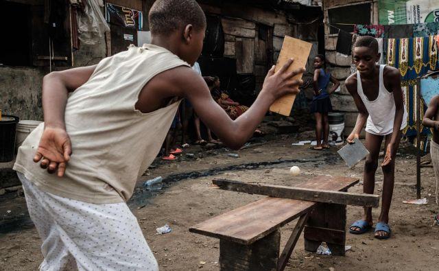 Utrinek iz ulice v nigerijskem mestu Port Harcourt. Nigerijski predsedniški kandidati so zaključili volilne kampanje, sedaj pa je čas, da v najbolj naseljeni afriški državi volilci izberejo novega voditelja. Foto Yasuyoshi Chiba Afp