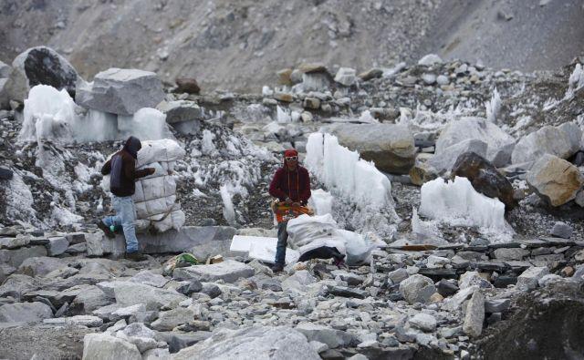 Čistilna akcija na Everestu lani spomladi. FOTO: Reuters