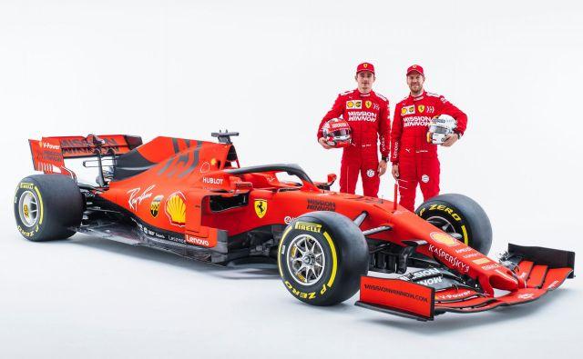 Novi Ferrarijev dirkalnik SF90 ima bolj poudarjeno črno barvo, v moštvu si od Sebastiana Vettla in novinca Charlesa Leclerca obetajo veliko. FOTO: AFP