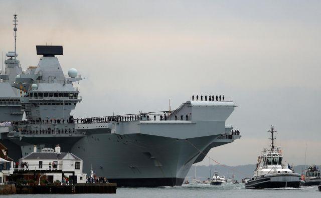 Nova letalonosilka kraljeve mornarice HMS Queen Elizabeth velja za enega najvidnejših simbolov britanske vojaške moči. Njena naslednja postaja bodo nemirne vode Južnokitajskega morja. FOTO: Reuters