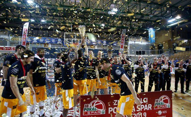 Koprčani so po lanskem pokalu Spar in superpokalu v tej sezoni prešerno proslavili novo trofejo. FOTO: Roman Šipić/Delo