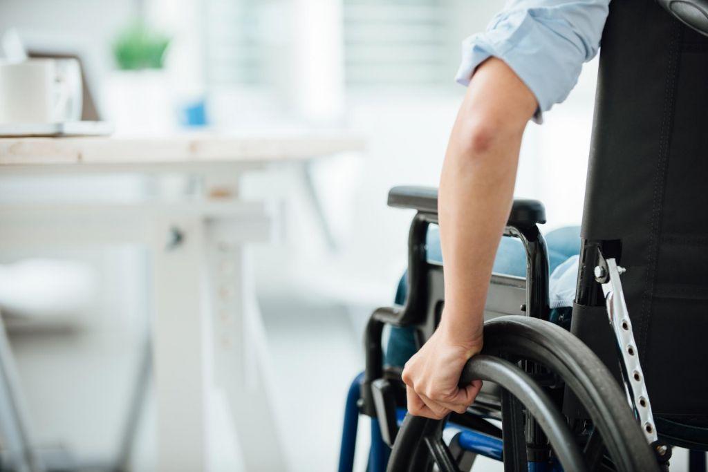 Zaradi zdravniške napake na vozičku