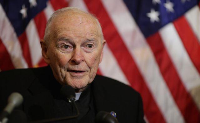Odločitev ocenjujejo za »spektakularen« padec nekdanjega kardinala, ki so mu duhovniško službo zaradi obtožb, da je več let zlorabljal bogoslovce in semeniščnike, prepovedali opravljati julija lani. FOTO: Chip Somodevilla/AFP