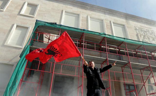 Podporniki opozicije zahtevajo vzpostavitev prehodne vlade, ki bi organizirala predčasne volitve. FOTO: Florion Goga/Reuters