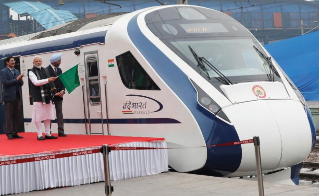 FILE PHOTO: India's Prime Minister Narendra Modi flags off India's fastest train 'Vande Bharat Express' at a ceremony in New Delhi, India, February 15, 2019. REUTERS/Adnan Abidi/File Photo Foto Adnan Abidi Reuters