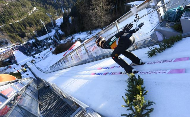 Japonec Rjoju Kobajaši je smučarski skakalec, ki ga tekmeci v tej sezoni poskušajo premagati. FOTO: AFP