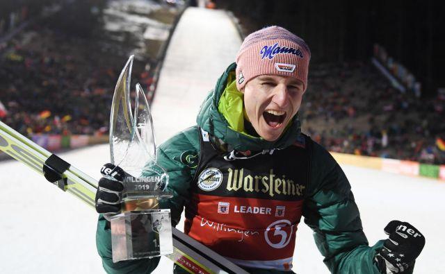 Karl Geiger je z imenitnim drugim skokom potolkel tekmece in še drugič zmagal v svetovnem pokalu. FOTO: AFP