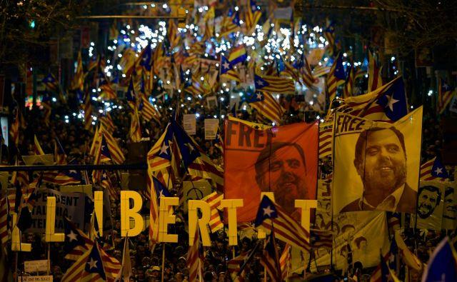 Protestniki na ulicah Barcelone. Foto Lluis Gene Afp
