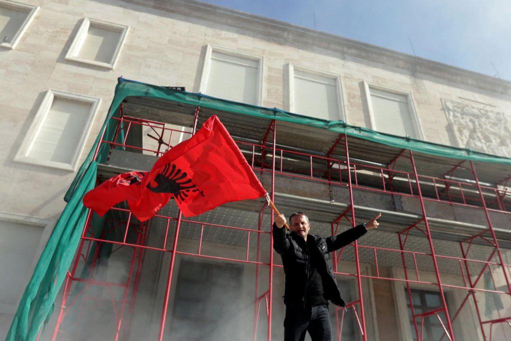 FOTO:Nasilje v Tirani: Podporniki opozicije skušali vdreti v sedež vlade
