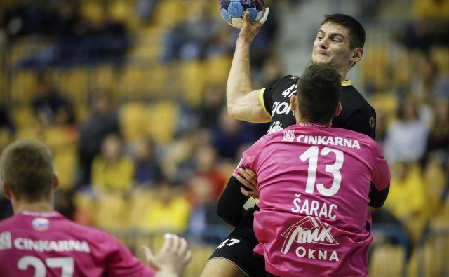 Aleks Kavčič (z žogo) je z 8 goli prispeval pomemben delež k zmagi Gorenja proti Ribnici. Foto Uroš Hočevar/Delo