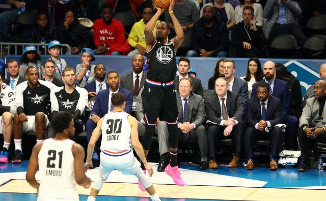 LeBron James se ni uštel, ko je pred tekmo All-Star kot prvega vnovič izbral Kevina Duranta (pri metu). FOTO: USA Today