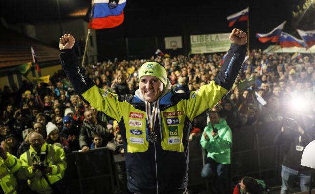 Štefan Hadalin je prišel iz Švedske utrujen, a ponosen na dosežek in ganjen, ker ga je pričakala množica sokrajanov. FOTO: Uroš Hočevar/Delo
