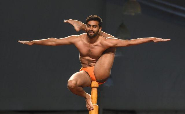 V Mumbaju je potekalo svetovno prvenstvo v mallakhambu, športu, ki ga lahko opišemo kot joga na lesenem drogu. Tekmovanja se je udeležilo 100 tekmovalcev iz 15. držav.Foto Punit Paranjpe Afp