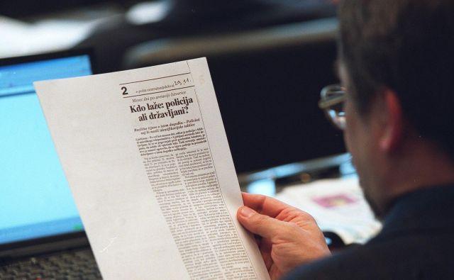 Jaša L. Zlobec v poslanski klopi pred 18 leti bere članek iz Dela. Foto Jure Eržen