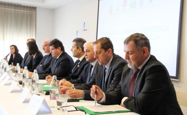 Posavski župani ob podpisu sporazuma o delovanju in financiranju svetovalne pisarne v okviru projekta Učinkovito čiščenje odpadnih voda za ohranjanje vodnih virov. Foto Simona Fajfar