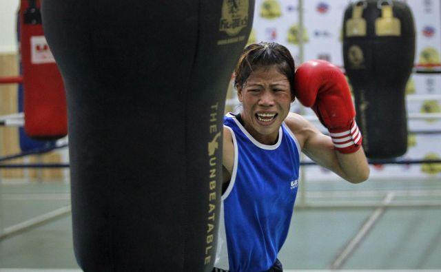 O svojih življenjskih preizkušnjah je indijska boksarka Mary Kom napisala knjigo, posneli pa so tudi film s Priyanko Chopra v glavni vlogi. FOTO: Reuters