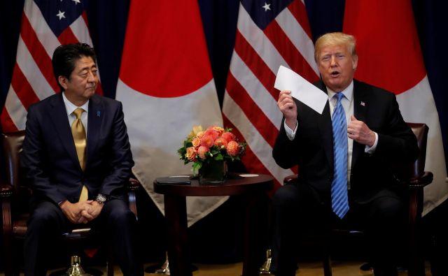 Japonski mediji poudarjajo, da je Abe dobil prošnjo za Trumpovo nominacijo iz Washingtona. FOTO: Reuters