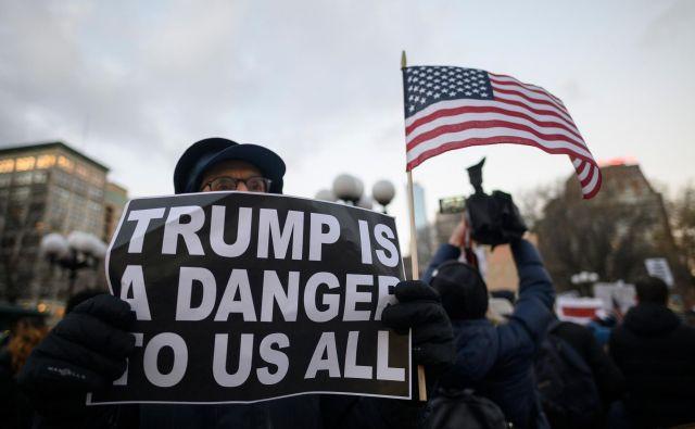 Ameriški predsednik Trump je znan po svojem občudovanju močnih voditeljev, za prvake prijateljskih demokratičnih držav pa ima pripravljeno trdo pest. FOTO: Johannes Eisele/AFP