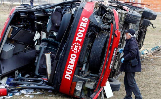 Vzrok nesreče avtobusa, v katerem je bila večina izmed 51 potnikov iz Gostivarja, še ni znan. FOTO: Ognen Teofilovski/Reuters