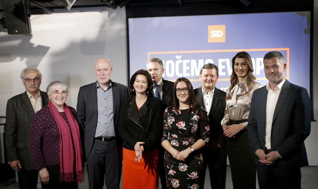 FOTO:Socialni demokrati v boj z evroposlanko, poslancema, županom in državno sekretarko