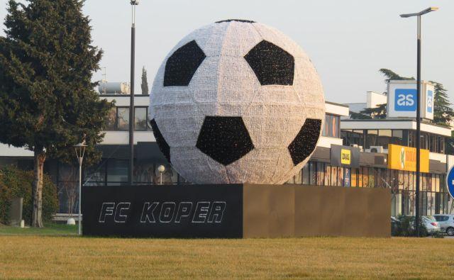 Novoletna žoga na krožišču pred koprskim stadionom Foto Nataša Čepar