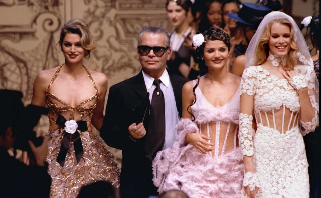 Karl Lagerfeld na Chanelovi modni reviji z legendarnimi supermanekenkami devetdesetih let: Cindy Crawford, Heleno Christensen and Claudio Schiffer. Foto Reuters