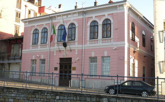 Italijanskemu konzulatu se ne bo treba seliti iz palače Vianello v Kopru, ker je župan ne prodaja več. FOTO: Boris Šuligoj